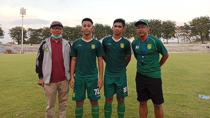 Dua pemain Persebaya yang dipinjam HWFC bersama Pelatih Persebaya (kanan) dan manajer HWFC (kiri) di Stadion Gelora 10 November, Rabu (26/7/2021)