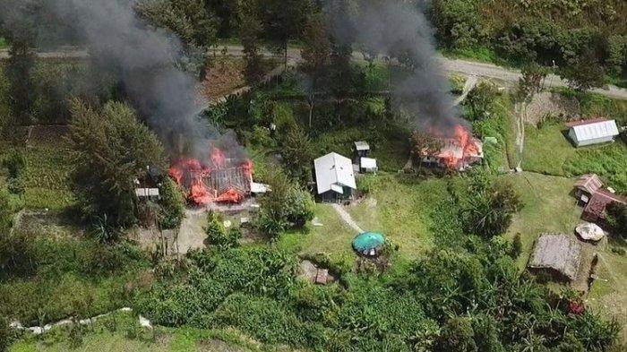 Dua rumah di Distrik Beoga, Kabupaten Puncak, yang tengah terbakar. Kejadian tersebut dilakukan KKB yang telah berada di lokasi tersebut sejak 8 April 2021, Papua, Selasa (13/4/2021).