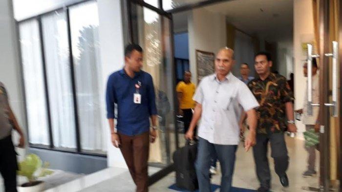 Suasana Jaksa Kejaksaan Negeri Ngada saat menahan dua terdakwa kasus korupsi di Bajawa Kabupaten Ngada, Jumat (8/11/2019).