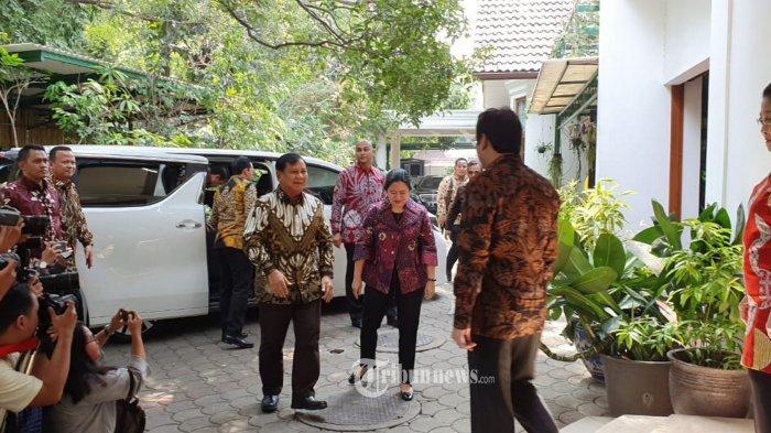 Ketua Umum Partai Gerindra Prabowo Subianto bertemu dengan Ketua Umum PDIP Megawati Soekarnoputri, Rabu (24/7/2019) diadakan di Teuku Umar, tempat kediaman Megawati Soekarnoputri. Hadir mendampingi pertemuan kedua tokoh tersebut diantaranya Puan Maharani, Pramono Anung, Sekjen Gerindra Ahmad Muzani, Kepala BIN Budi Gunawan dan Prananda Prabowo. Bakwan khusus buatan Ibu Megawati. Perpaduan aneka bahan dan bumbu2an membentuk cita rasa khusus. Dihadirkan sebagai menu pembuka dalam pertemuan dua tokoh tersebut. TRIBUNNEWS.COM/HO/Edhy Prabowo