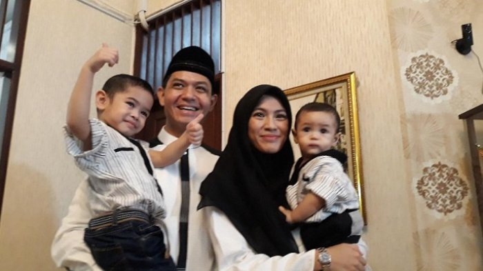 Dude Harlino bersama istri dan dua anaknya, saat ditemui di kediaman mereka, kawasan Tebet, Jakarta Selatan, Jumat (15/6/2018).