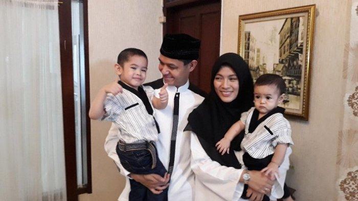 Dude Harlino dan keluarganya saat dikunjungi di kediamannya, kawasan Tebet, Jakarta Selatan, Jumat, (15/6/2018).
