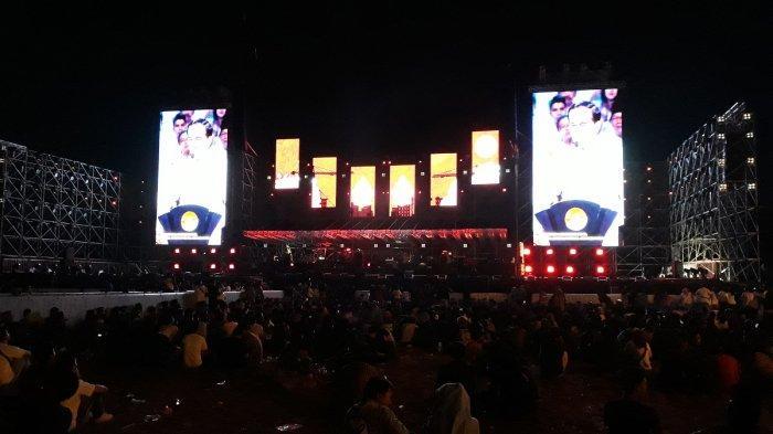 Duduk Lesehan, Masyarakat Antusias Saksikan Pidato Visi Indonesia Jokowi Lewat Layar Besar