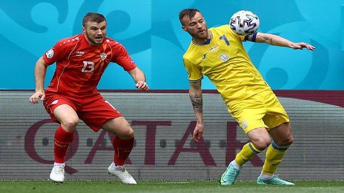 Bek Makedonia Utara Stefan Ristovski (kiri) berebut bola dengan pemain depan Ukraina Andriy Yarmolenko selama pertandingan sepak bola Grup C UEFA EURO 2020 antara Ukraina dan Makedonia Utara di National Arena di Bucharest pada 17 Juni 2021.