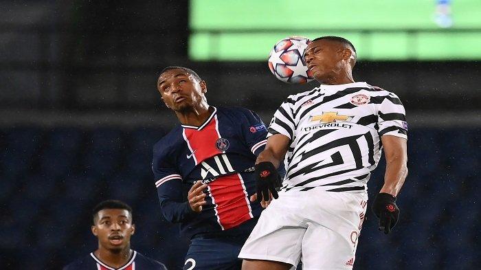 Bek Paris Saint-Germain Abdou Diallo (kiri) melompat untuk mengejar bola dengan penyerang Prancis Manchester United Anthony Martial dalam laga antara Paris Saint-Germain (PSG) dan Manchester United di Parc des Princes stadion di Paris pada 20 Oktober 2020.
