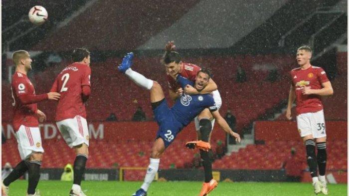 Duel Harry Maguire dengan Cezar Azpilicueta di pertandingan pekan keenam Liga Inggris 2020/2021 antara Manchester United vs Chelsea.