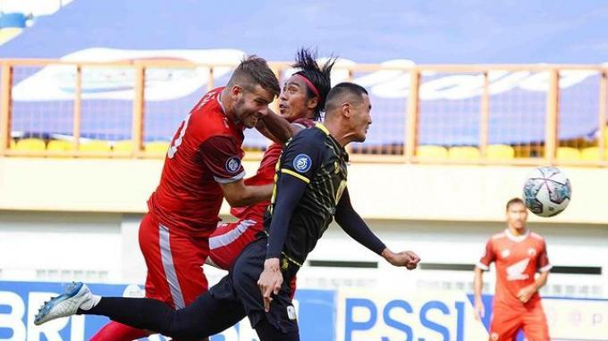 Duel para pemain Barito Putera yang mengenakan jersey hitam dengan sang lawan PSM Makassar dalam lanjutan pekan kelima BRI Liga 1 2021 berakhir dengan skor 0-2 untuk kemenangan Laskar Antasari di Stadion Wibawa Mukti.