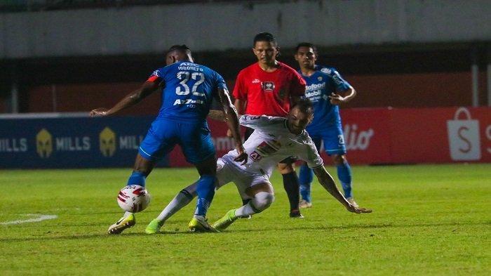 Laga Semi Final Leg Pertama Piala Menpora 2021 PERSIB Bandung (Biru) VS PS Sleman (Putih) di Stadion Maguwoharjo, Depok, Yogyakarta, Jum'at (16/4).