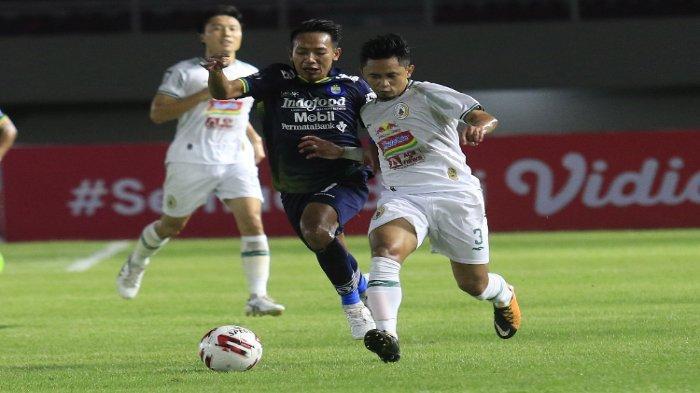 Duel perebutan bola antara Beckham Putra (kiri) dengan Bagus Nirwanto (kanan) di laga PSS Sleman vs Persib Bandung leg kedua semifinal Piala Menpora 2021 di Stadion Manahan, Solo, Senin (19/4/2021) malam.