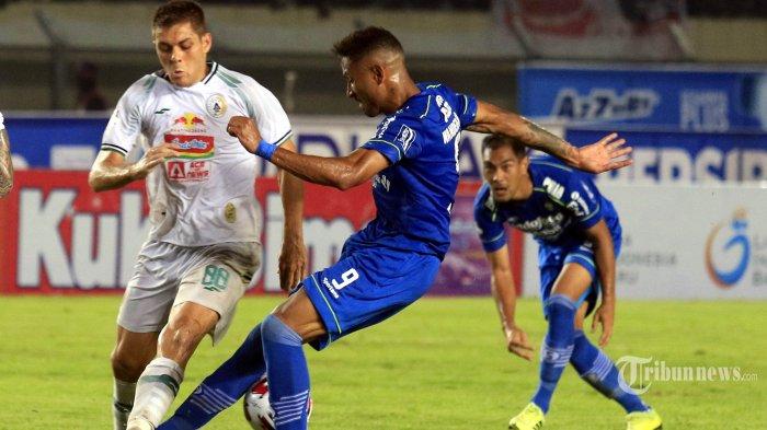 Pemain Persib Bandung Wander Luiz berduel dengan pemain PSS Sleman Guilherme Batata dalam lanjutan pertandingan Liga 1 di Stadion Si Jalak Harupat, Kabupaten Bandung, Minggu (15/2/2020). Persib Bandung masih memuncaki klasemen Liga 1 setelah memenangkan pertandingan atas PSS Sleman 2-1. TRIBUN JABAR/DENI DENASWARA