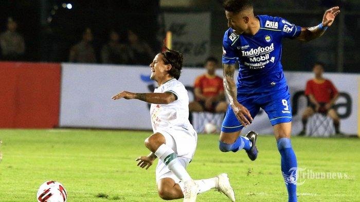 Pemain Persib Bandung Wander Luiz berduel dengan pemain PSS Sleman Irfan Bachdim dalam lanjutan pertandingan Liga 1 di Stadion Si Jalak Harupat, Kabupaten Bandung, Minggu (15/2/2020). Persib Bandung masih memuncaki klasemen Liga 1 setelah memenangkan pertandingan atas PSS Sleman 2-1. TRIBUN JABAR/DENI DENASWARA