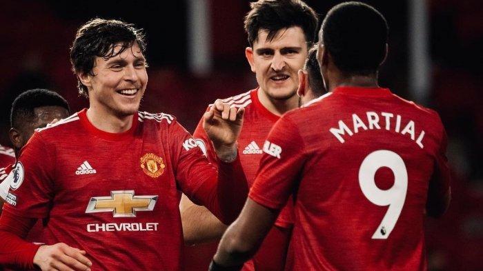 Duet jantung pertahanan Manchester United, Harry Maguire dan Victor Lindelof berbicara dengan Anthony Martial