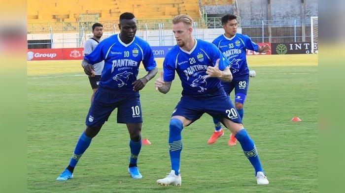 Duet strike Persib Bandung Kevin van Kippersluis dan Ezechiel N Douassel saat latihan di Stadion Bangkalan, Jumat (4/10/2019).