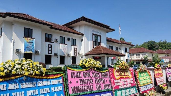 Deretan karangan bunga dukungan di Kejari Depok, Kamis (15/4/2021) - Belasan karangan bunga berisi tulisan dukungan pengusutan tuntas tindak pidana korupsi berjejer di bagian depan Kejaksaan Negeri Depok, Cilodong.