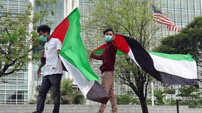 Sejumlah massa yang tergabung dalam Aliansi Mahasiswa Islam Jakarta melakukan unjuk rasa di depan Kedutaan Besar Amerika Serikat, di Jakarta, Rabu (12/5/2021). Pengunjukrasa membawa bendera Palestina dan menyerukan kepada pemerintah Amerika Serikat memberikan tekanan kepada Israel agar menghentikan kekerasan. Pemerintah Indonesia sendiri sudah menyatakan kecaman terhadap keputusan pengadilan Israel yang memerintahkan pengusiran paksa enam keluarga Palestina dari tempat tinggal mereka di kawasan Syekh Jarrah, Yerusalem Timur. Serta mengecam kekerasan yang dilakukan aparat keamanan Israel terhadap warga sipil Palestina yang terjadi dalam sejumlah bentrokan di kompleks Masjid Al-Aqsa. TRIBUNNEWS/HERUDIN