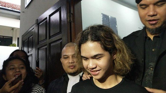 Ahmad Dhani Dituntut Dua Tahun Penjara, Dul Langsung Cium Sang Ayah