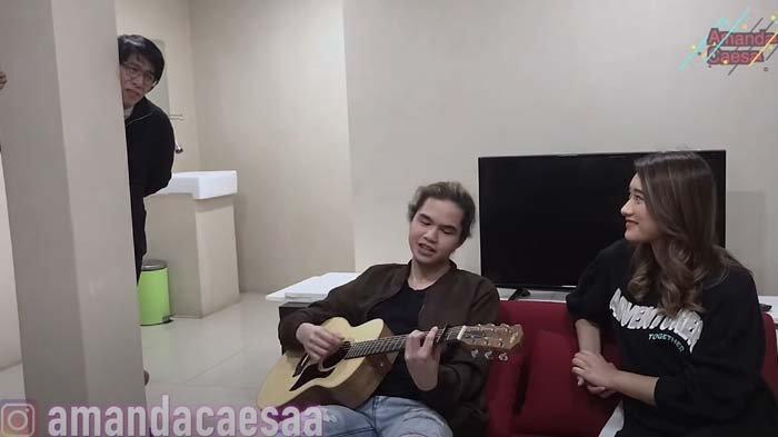 Lagi asyik bikin lagu, Dul Jaelani dan Amanda Caesa hanya bisa tersenyum diganggu Parto.