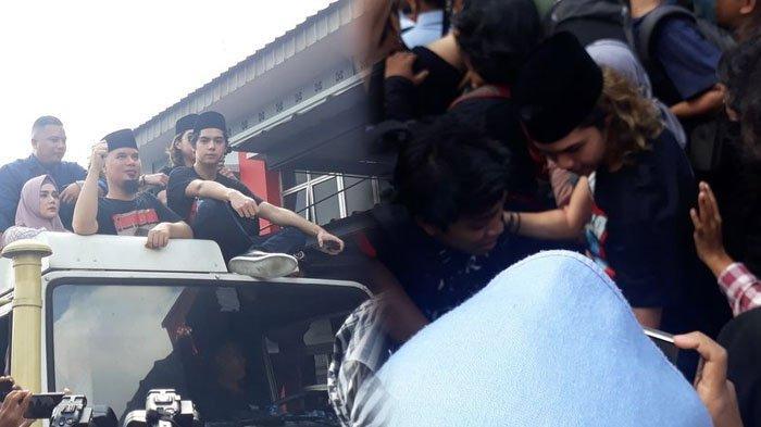 Dul Jaelani, anak dari musisi Ahmad Dhani sempat terjatuh di kerumunan massa saat jemput keluar ayahnya di Rumah Tahanan Kelas 1 Cipinang, Jakarta Timur, Senin (30/12/2019).
