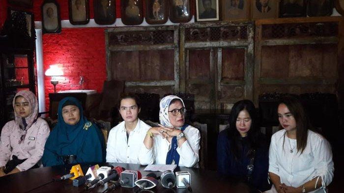 Dul Jaelani, ibunda Ahmad Dhani Joyce Kohler dan keluarga korban kecelakaan Dul saat jumpa pers di kediaman Dhani, di kawasan Pondok Pinang, Jakarta Selatan, Senin (9/9/2019) malam.