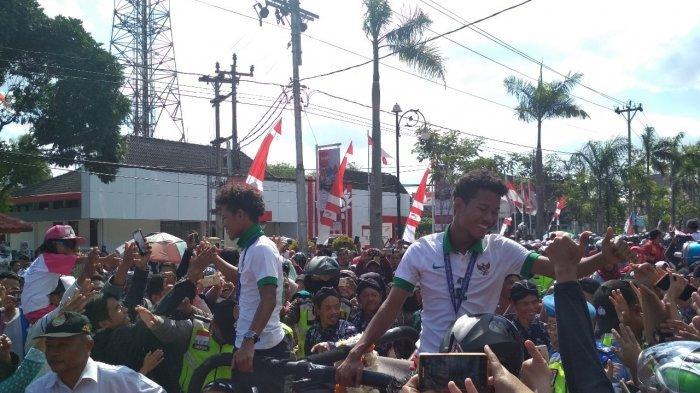 Duo Kembar Pemain U-16 Bagus-Bagas Diarak Keliling Kota dan Kabupaten Magelang