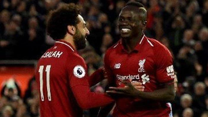Duo penyerang Liverpool, Mohamed Salah (kiri) dan Sadio Mane, merayakan gol yang dicetak ke gawang Huddersfield Town dalam laga Liga Inggris di Stadion Anfield, Jumat (26/4/2019).
