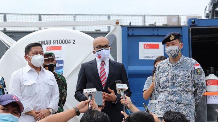 Duta Besar Singapura untuk Indonesia Anil Nayar berpidato kepada media Indonesia menyusul kedatangan pengiriman pertama oksigen di Pelabuhan Tanjung Priok, Jakarta, 14 Juli 2021.