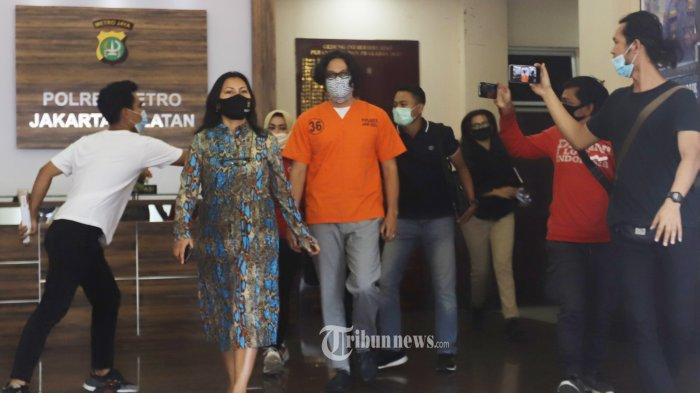 Aktor Dwi Sasono berjalan keluar Mapolres Jakarta Selatan menuju ke mobil, Selasa (9/6/2020). Polres Metro Jakarta Selatan menyerahkan Dwi Sasono ke Rumah Sakit Ketergantungan Obat (RSKO) Cibubur, Jakarta Timur, untuk menjalani rehabilitasi. Rehabilitasi dilakukan berdasarkan hasil asesmen dari Badan Narkotika Nasional Kota (BNNK) Jakarta Selatan. TRIBUNNEWS/HERUDIN