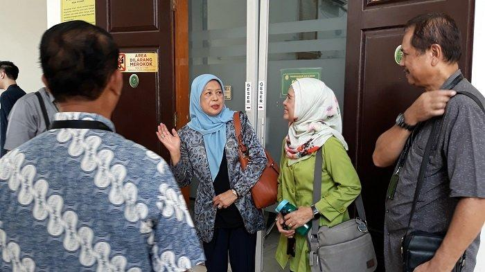 Dwitularsih Sukowati (tengah), istri Mayor Jenderal (Pur) Kivlan Zen saat hadir di persidangan Prapradilan suaminya terkait status tersangka kepemilikan senjata api ilegal di Pengadilan Negeri Jakarta Selatan, Senin (8/7/2019)