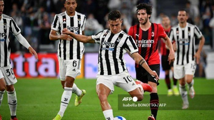 Pemain depan Juventus Argentina Paulo Dybala (tengah) menendang bola selama pertandingan sepak bola Serie A Italia antara Juventus dan AC Milan di stadion Juventus di Turin, pada 19 September 2021.