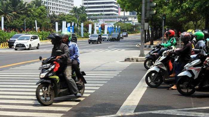 ILUSTRASI - Pengendara motor nekat menerabas lampu merah di perempatan Jalan Thamrin,Tanah Abang, Jakarta Pusat, Senin (1/10/2018)