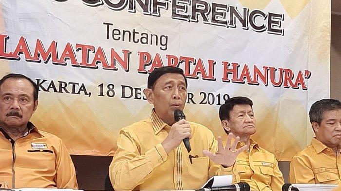Wiranto (tengah) saat menggelar jumpa pers