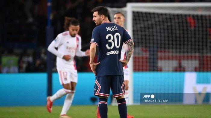 Reaksi penyerang Paris Saint-Germain Argentina Lionel Messi setelah Lyon mencetak gol pembuka pada pertandingan sepak bola L1 Prancis antara Paris-Saint Germain (PSG) dan Olympique Lyonnais di The Parc des Princes Stadium di Paris pada 19 September 2021.