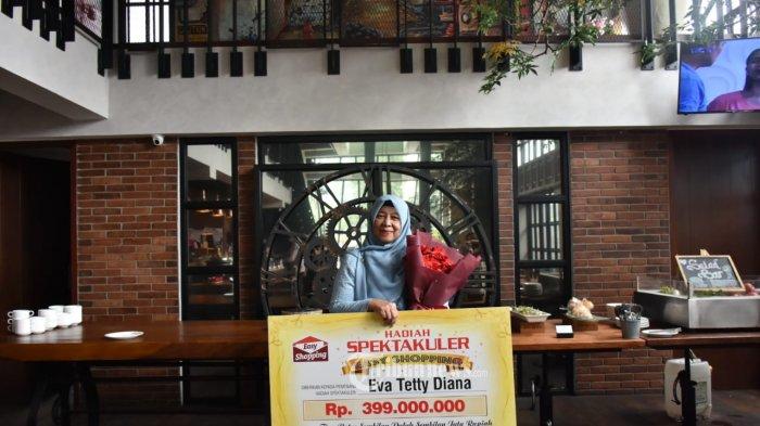 Eva Tetty Diana Penerima Anugerah Pelanggan Easy Shopping.