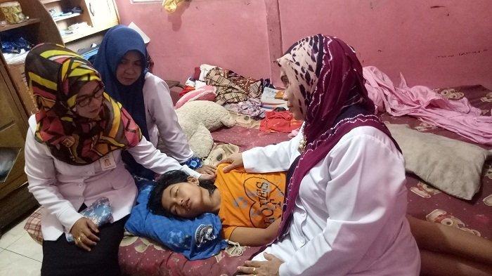Echa, pengidap sindrom putri tidur kembali tertidur, Rabu (25/10/2017) setelah sempat bangun pada sore sehari sebelumnya.