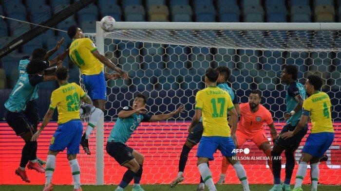 Pemain Brasil Eder Militao (atas) mencetak gol ke gawang Ekuador dalam pertandingan fase grup turnamen sepak bola Conmebol Copa America 2021 di Stadion Olimpiade di Goiania, Brasil, pada 27 Juni 2021. NELSON ALMEIDA / AFP