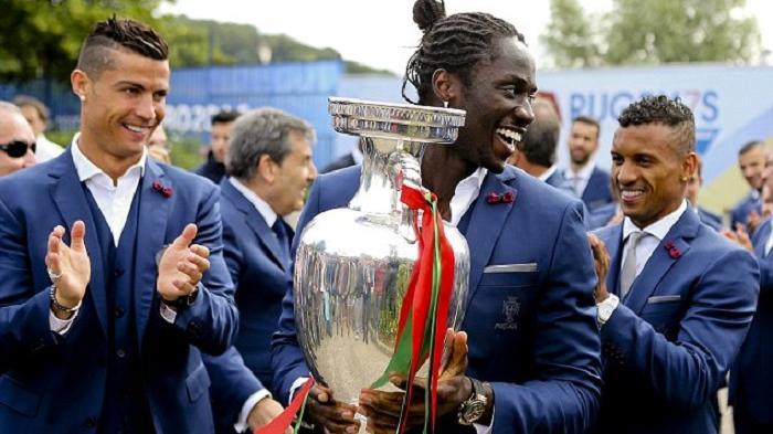 Eder memegang Trofi Euro 2016
