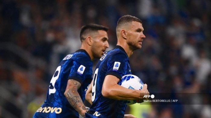 Pemain depan Inter Milan asal Bosnia Edin Dzeko (kanan) merayakan setelah mencetak gol selama pertandingan sepak bola Serie A Italia antara Inter Milan dan Atalanta Bergamo di stadion San Siro di Milan, pada 25 September 2021.