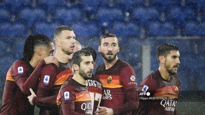 Penyerang Roma asal Bosnia Edin Dzeko (2ndL) melakukan selebrasi setelah membuka skor pada pertandingan sepak bola Serie A Italia AS Roma vs Sampdoria pada 3 Januari 2021 di stadion Olimpiade di Roma. Filippo MONTEFORTE / AFP