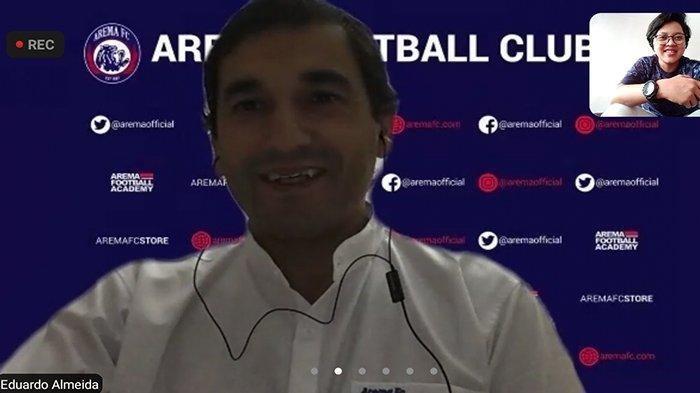 Lewat aplikasi Zoom, Pelatih baru Arema FC, Eduardo Almeida menyapa para awak media, sekaligus mengungkap rasa gembiranya akhirnya dapat menyelesaikan rangkaian karantina di Jakarta dan di Malang, Kamis (20/5/2021).