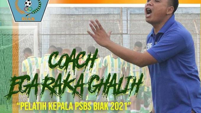 Ega Raka Galih selaku pelatih PSBS Biak di kompetisi Liga 2 2021