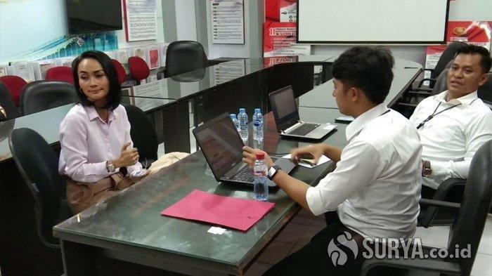 Eka Deli Mardiyana (43) tiba di Ruang Penyidik Ditreskrimsus Mapolda Jatim, Senin (13/1/2020).