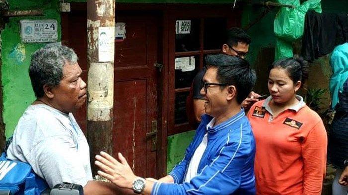 Eko Patrio saat menyapa seorang penggemarnya yang menjadi korban banjir di kawasan kelurahan Bidara Cina, Jakarta Timur, Jumat (3/1/2020). saat menyapa seorang penggemarnya yang menjadi korban banjir di kawasan kelurahan Bidara Cina, Jakarta Timur, Jumat (3/1/2020).
