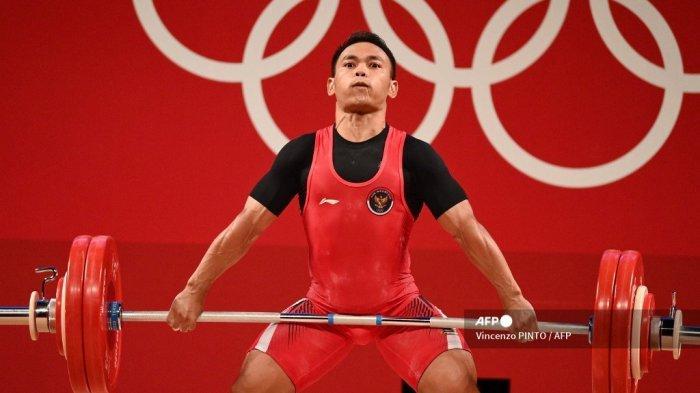 Atlet Indonesia Eko Yuli Irawan bertanding dalam kompetisi angkat besi 61kg putra pada Olimpiade Tokyo 2020 di Tokyo International Forum di Tokyo pada 25 Juli 2021.