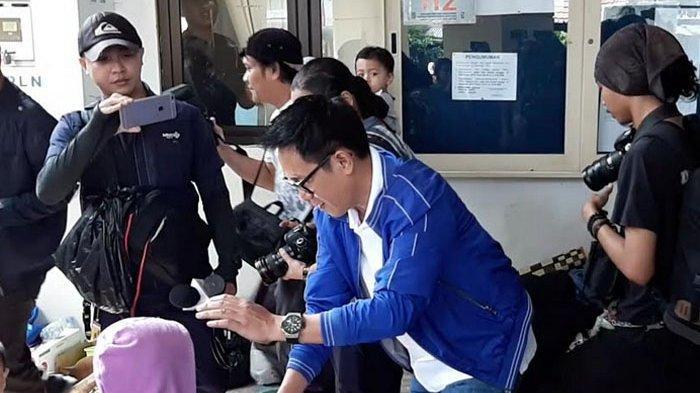 Eko Patrio saat mengunjungi korban banjir di posko banjir kantor Kelurahan Bidara Cina, Jakarta Timur, Jumat (3/1/2020).