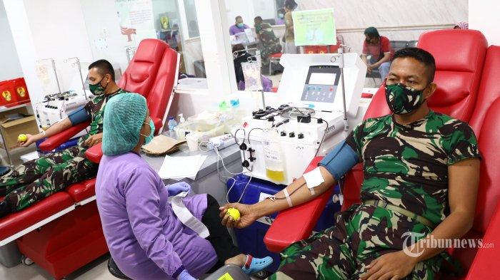 Perwira mantan Secapa Angkatan Darat mendonorkan plasma darahnya di RSPAD Gatot Soebroto, Jakarta Pusat, Jumat (14/8/2020). Sebanyak 155 Perwira mantan Secapa AD yang sempat terkonfirmasi positif Covid-19 mendonorkan plasma darahnya untuk terapi plasma konvalesen. Tribunnews/Irwan Rismawan