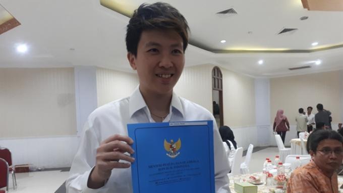 Eks-pebulutangkis nasional Liliyana Natsir saat mendapatkan SK CPNS di Wisma Kemenpora, Senayan, Jakarta, Selasa (2/4/2019).