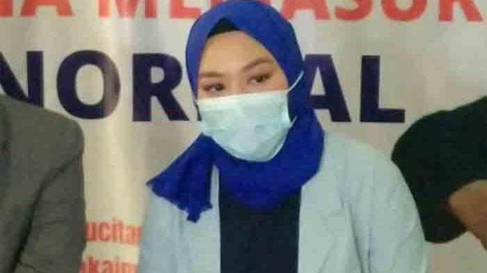 Mantan istri pelawak Daus Mini, Yunita Lestari mendatangi Komnas Anak, Jalan TB Simatupang, Pasar Rebo, Jakarta Timur, Kamis (25/2/2021).
