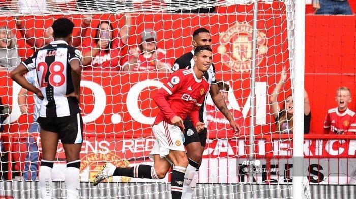 Striker Manchester United asal Portugal Cristiano Ronaldo merayakan setelah mencetak gol pembuka pertandingan sepak bola Liga Inggris antara Manchester United dan Newcastle di Old Trafford di Manchester, barat laut Inggris, pada 11 September 2021.