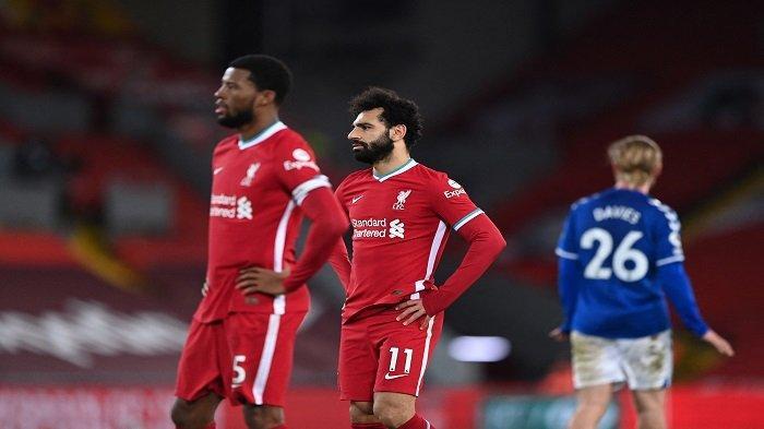 Gelandang Liverpool Mesir Mohamed Salah menyaksikan pertandingan sepak bola Liga Premier Inggris antara Liverpool dan Everton di Anfield di Liverpool, Inggris barat laut pada 20 Februari 2021.