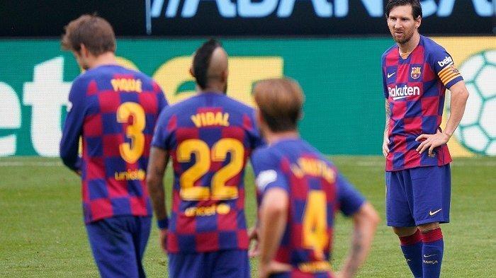 Pemain depan Barcelona Argentina Lionel Messi (kanan) bereaksi selama pertandingan sepak bola Liga Spanyol antara Celta Vigo dan Barcelona di stadion Balaidos di Vigo pada 27 Juni 2020. STR / AFP